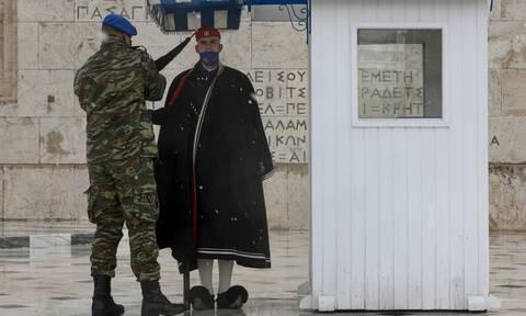 Κακοκαιρία «Μήδεια»: Με κάπες προστατεύτηκαν οι Εύζωνες της Προεδρικής Φρουράς (pics)