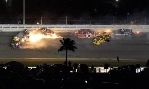 Χάος στο Nascar: Στις φλόγες τα οχήματα - Σώθηκαν από θαύμα οι οδηγοί (video)