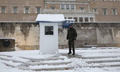 Κακοκαιρία Μήδεια: Η αλλαγή φρουράς των Ευζώνων στο χιονισμένο Σύνταγμα (vid)