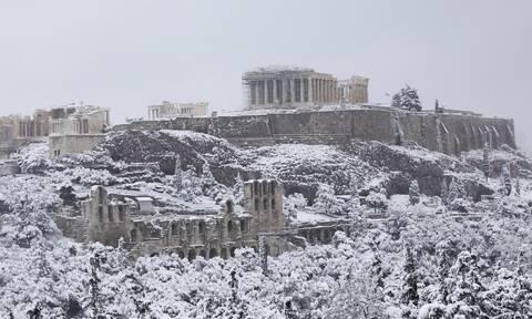 Ακρόπολη: Η εντυπωσιακή φωτογραφία με χιονισμένο τον ιερό βράχο από την κακοκαιρία «Μήδεια»