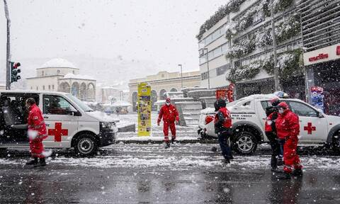 Ερυθρός Σταυρός: Πρώτες βοήθειες και δέματα με είδη πρώτης ανάγκης στους άστεγους της Αθήνας