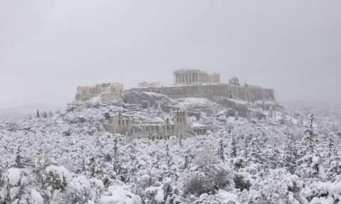 Μαγικές εικόνες: Η «Μήδεια» έντυσε στα λευκά την Ακρόπολη – Σπάνιες φωτογραφίες