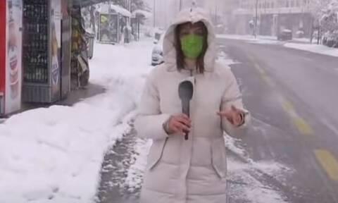 Κακοκαιρία «Μήδεια»: Έριξαν... χιονόμπαλες σε ρεπόρτερ του ΣΚΑΪ