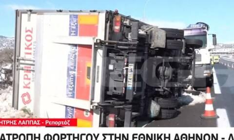 Ανατροπή φορτηγού στην Αθηνών - Λαμίας