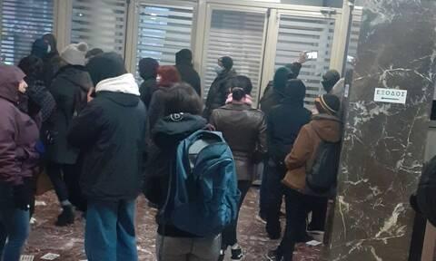Εισβολή και κατάληψη για τον Δημήτρη Κουφοντίνα στο υπουργείο Υγείας - Προσήχθησαν όλοι στη ΓΑΔΑ