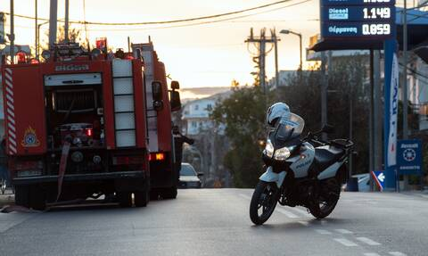 Συναγερμός στην Κερατέα: Αυτοκίνητο έπεσε σε γκρεμό