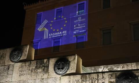Φωταγώγηση της Βουλής για τα 40 χρόνια από την ένταξη της Ελλάδας στην ΕΕ - Εντυπωσιακές εικόνες