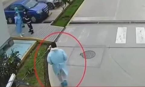 Συγκλονιστικό: Αστυνομικός ντύθηκε γιατρός για να δει τον άρρωστο πατέρα του (video)