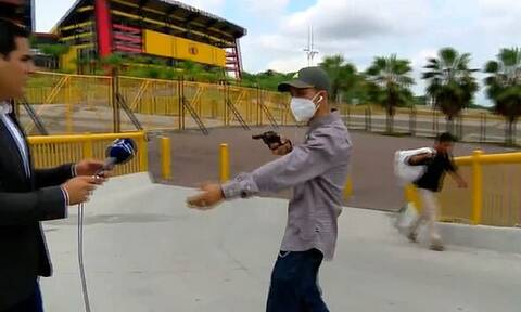 Απίστευτο βίντεο: Δημοσιογράφος έπεσε θύμα ληστείας on air