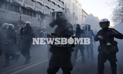 Επεισόδια και χημικά σε συγκέντρωση για τον Κουφοντίνα στο κέντρο της Αθήνας