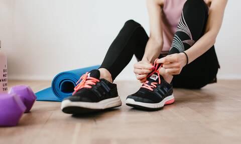 10λεπτο πρόγραμμα γυμναστικής στο σπίτι με λάστιχα αντιστάσεων