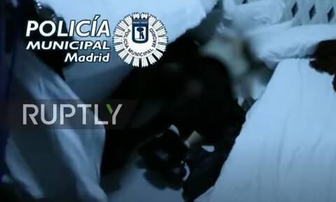 Έφοδος της αστυνομίας σε κορονοπάρτι στη Μαδρίτη: Κρύφτηκαν σε στρώματα και ντουλάπες