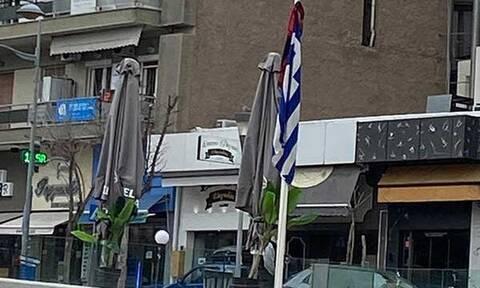 Κοζάνη: Kατέβασε την ελληνική σημαία και ύψωσε από πάνω κόκκινο κασκόλ (pics)