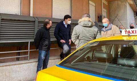 Τετ α τετ Κικίλια με οδηγούς ταξί έξω από το Ιπποκράτειο