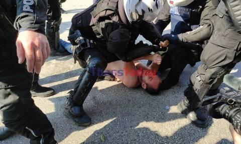 Θεσσαλονίκη: Αστυνομικοί των ΜΑΤ σέρνουν ημίγυμνο διαδηλωτή και τον ψεκάζουν στο πρόσωπο