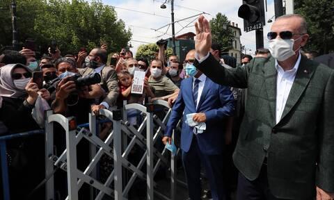 Ερντογάν: «Καθρεφτάκια στους ιθαγενείς» – Ψευτιές, νταηλικία και μάχη για ένα καρβέλι ψωμί