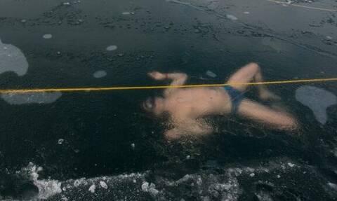 Απίθανο παγκόσμιο ρεκόρ! Κολύμπησε 80 μέτρα κάτω από τον πάγο (videos)