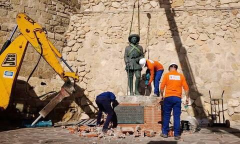 Ισπανία: Αποκαθηλώθηκε το τελευταίο άγαλμα του δικτάτορα Φράνκο