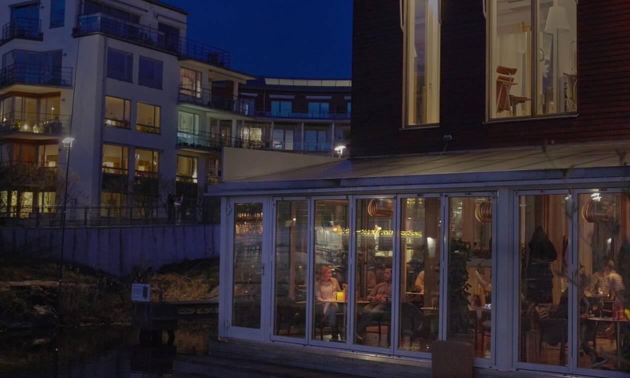 Κορονοϊός Σουηδία: Αυστηρότερα μέτρα - Κλείνουν νωρίτερα μπαρ, καφέ, εστιατόρια