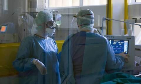 Κορονοϊός: Αρνητής πήγε σε διαδήλωση για τα μέτρα στην Πάτρα, τώρα νοσηλεύεται με μάσκα οξυγόνου