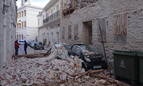 Σύρος: Κατέρρευσε τοίχος κτηρίου στην Ερμούπολη – Έπεσε σε διερχόμενο αυτοκίνητο