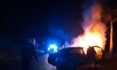 Συγκλονιστικό video: Αστυνομικοί βγάζουν άνθρωπο από φλεγόμενο αυτοκίνητο