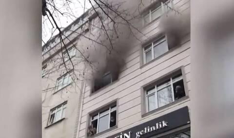 Τουρκία: Δραματικές στιγμές - Έριξε τα παιδιά της από το παράθυρο για να σωθούν από φωτιά (vid)