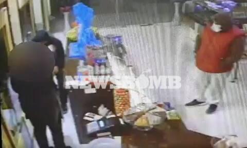 Βίντεο-ντοκουμέντο από άγρια ληστεία: Έριξαν υπάλληλο φούρνου πάνω σε τζαμαρία - «Θα πεθάνεις»
