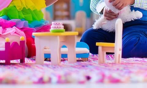Όταν τα μικρά προσπαθούν να κάτσουν πάνω σε μικροσκοπικές καρέκλες (vid)