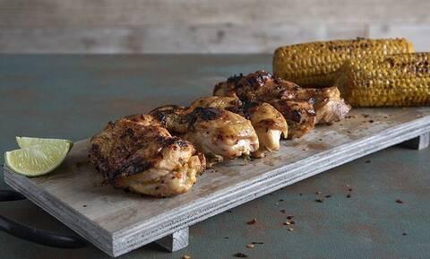 Άκης Πετρετζίκης: Συνταγή για κοτόπουλο φιλέτο ψητό με τσίλι και λάιμ