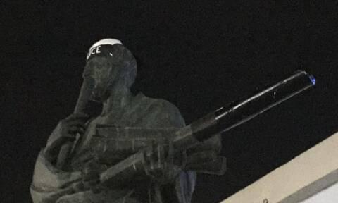 Θεσσαλονίκη: Έντυσαν… αστυνομικό το άγαλμα του Αριστοτέλη - Ποιος ήταν ο λόγος; (pics)