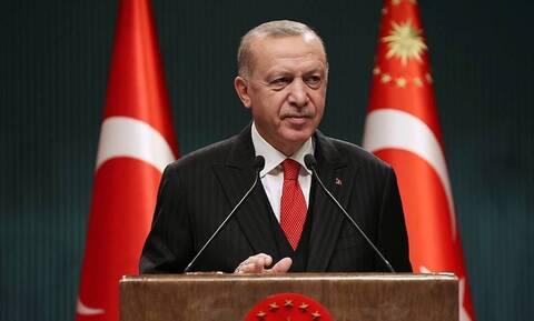 Ερντογάν: Παραπαίει αλλά συνεχίζει την προπαγάνδα - «Εργαλειοποιεί» μετανάστες κατά της Ελλάδας
