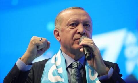 Ο διπρόσωπος Ερντογάν: «Μαγειρεύει» τον εκλογικό νόμο ενώ «πουλάει» ανθρωπισμό στη Δύση