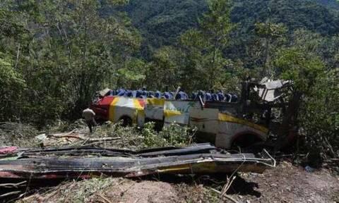 Βολιβία: Τουλάχιστον 20 νεκροί από πτώση λεωφορείου σε χαράδρα