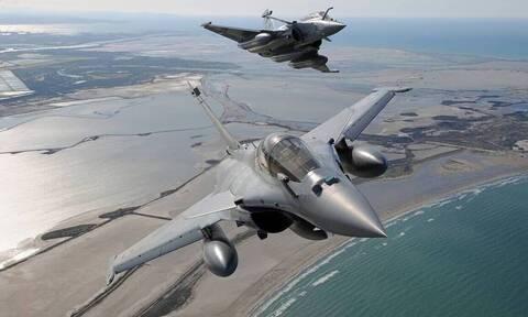 «Φτερό με φτερό» Έλληνες και Γάλλοι! F-16 και Rafale στέλνουν μήνυμα από το Σαρλ ντε Γκολ