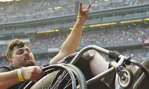 Μπράβο στην ανθρωπότητα: Σήκωσαν το καροτσάκι στα χέρια τους (photos)