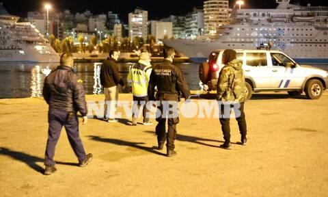 Πειραιάς: ΙΧ με δύο επιβαίνοντες έπεσε στο λιμάνι
