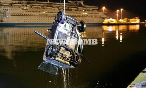 Πτώση οχήματος στο λιμάνι του Πειραιά - Δείτε την επιχείρηση ανέλκυσης (vid)