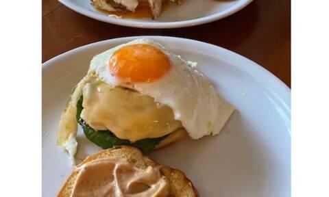Συνταγή για το πιο λαχταριστό Cheese Burger με αυγό (Γράφει αποκλειστικά στο Queen.gr η Majenco)
