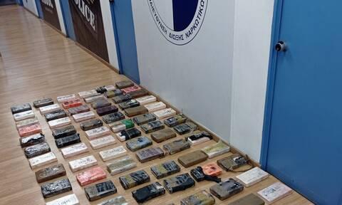 Βίντεο-ντοκουμέντο: Έτσι βρήκαν 100 κιλά κοκαΐνης στον Πειραιά