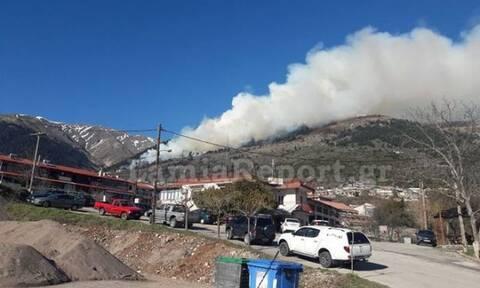 Μεγάλη πυρκαγιά στο Καρπενήσι κοντά σε ξενοδοχείο