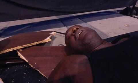 Σακίλ Ο' Νιλ: Τρομερή πτώση σε αγώνα wrestling – Έσπασε δύο τραπέζια (video)