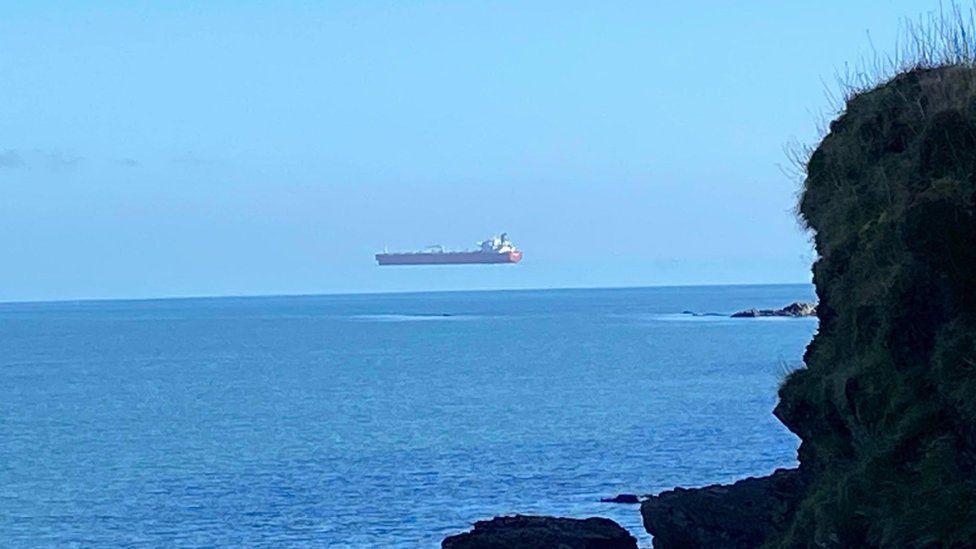 H φωτογραφία με το πλοίο να... αιωρείται στη θάλασσα της Κορνουάλης