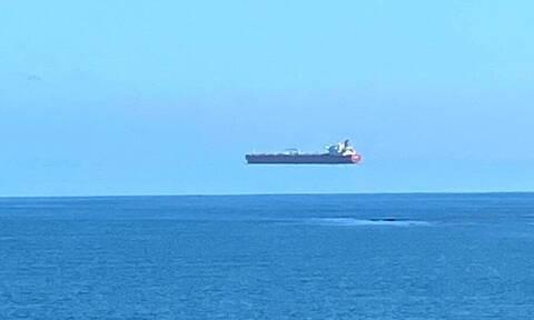 Απίστευτο θέαμα: Πλοίο «αιωρείται» στη θάλασσα της Κορνουάλης