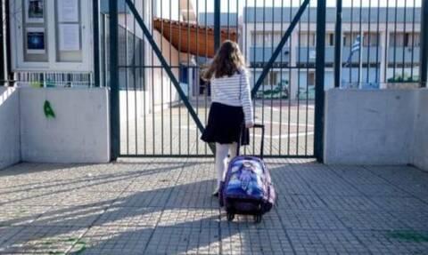 Παρενόχλησαν μαθήτριες έξω από δημοτικό σχολείο