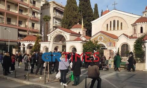 Θεσσαλονίκη: Συνωστισμός έξω από εκκλησία λόγω… Ψυχοσάββατου (pics)