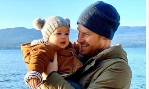 Λίγο πριν γίνει δύο ετών, ο γιος της Meghan και του Harry εμφανίζεται ξανά