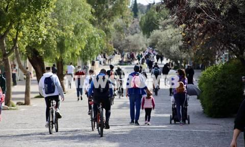 Κορονοϊός: Ποιο lockdown; Οι Αθηναίοι βγήκαν για βόλτες - Απίστευτες εικόνες συνωστισμού