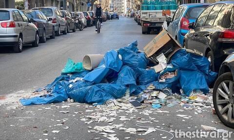 Θεσσαλονίκη: Δεν τα βρήκαν στην τιμή και ο φορτηγατζής του πέταξε τα μπάζα στο δρόμο!