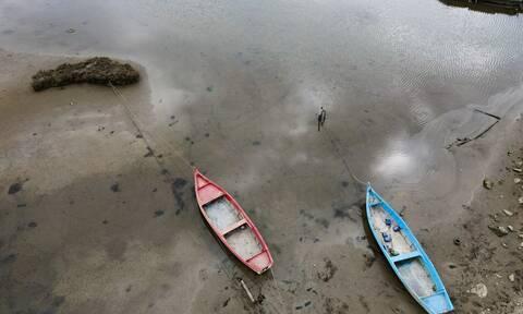 Άμπωτη: Γιατί η θάλασσα υποχώρησε στη μισή χώρα - Εντυπωσιακές και προτόγνωρες εικόνες
